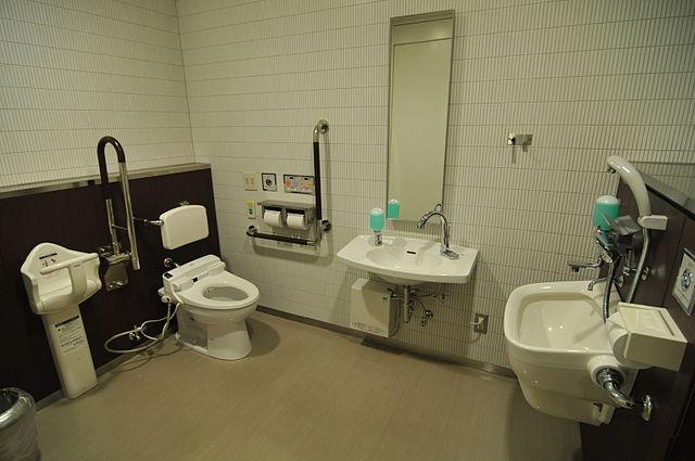 640px-成城コルティ多目的トイレ